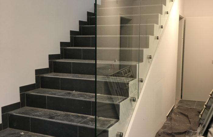 Ganzglas Geländer mit Trennwand