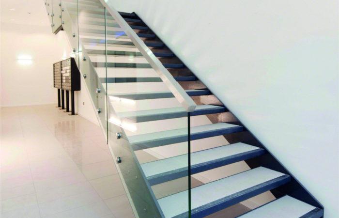 Stahltreppe mit Ganzglas Geländer