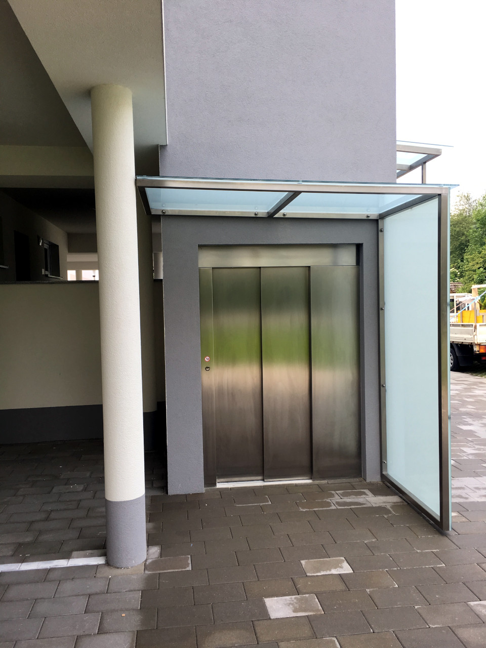 Niro Edelstahl Lift Vordach mit satiniertem Glas