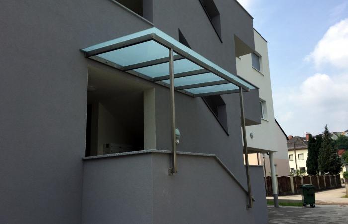 Niro Edelstahl Vordach mit satiniertem Glas